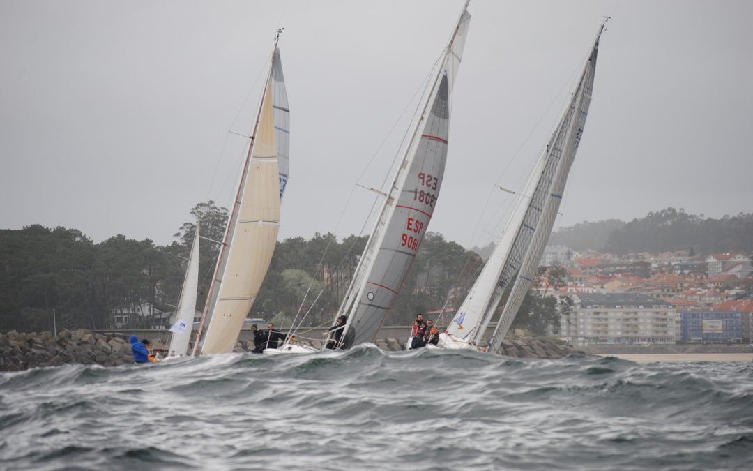 La flota de la Regata Interclubes se luce en la Ría de Pontevedra