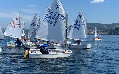 Los regatistas coruñeses dominan tras la primera jornada en la Regata Sostenible Real Club Mar Aguete – Trofeo Concello de Marín para Optimist