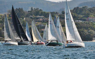 La flota de la 7ª Regata Interclubes se comprime en cabeza para la recta final del circuito